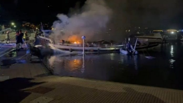 Castellammare di Stabia, muore asfissiata mentre barca va a fuoco