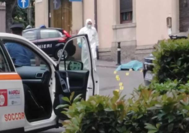 Ucciso a coltellate in strada dopo una lite sotto gli occhi di moglie e figlie