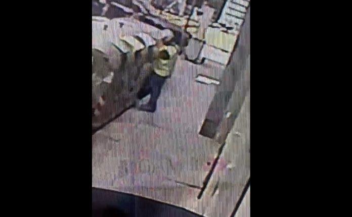 Napoli, postino butta la corrispondenza nella spazzatura invece di consegnarla (VIDEO)