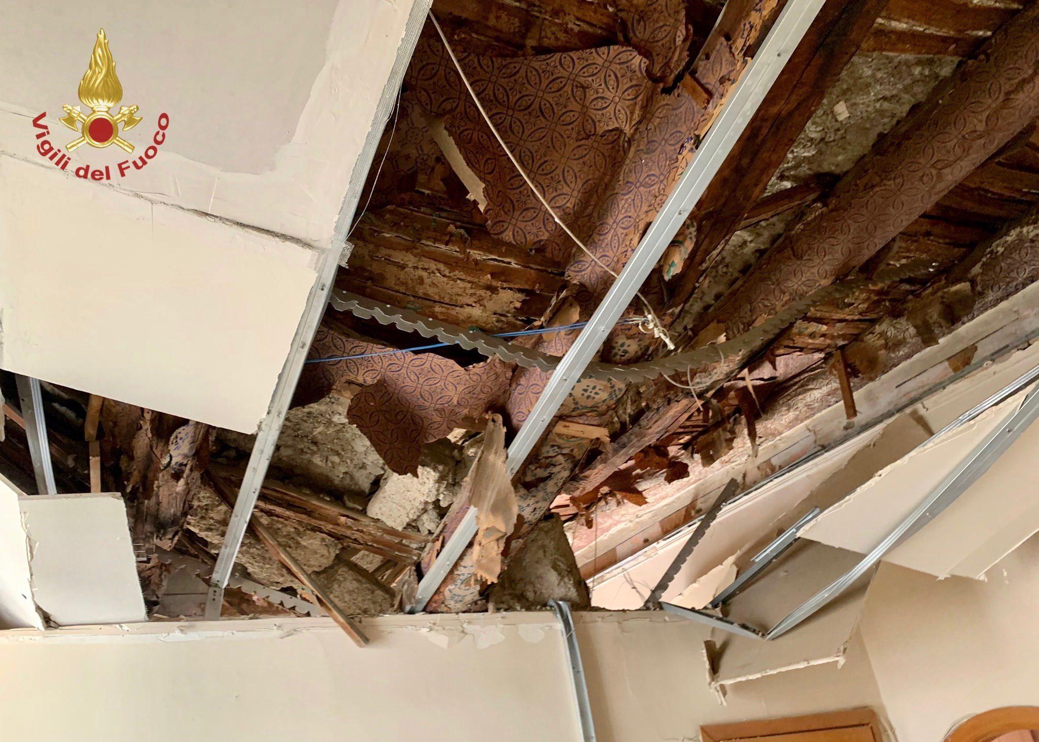 Paura a Napoli, crolla il solaio di un palazzo: evacuate 12 famiglie