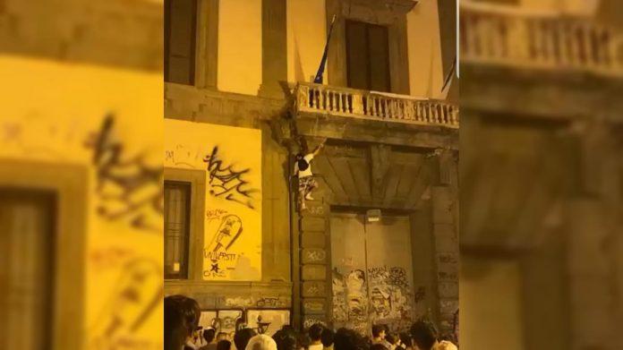 Napoli, giovane si arrampica sulla facciata dell'Orientale e cade