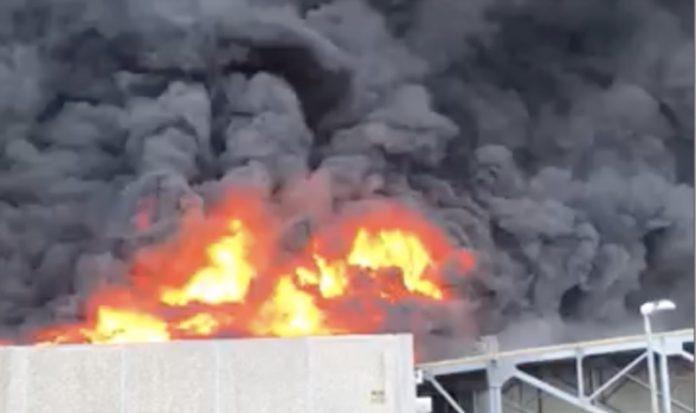 Airola, incendio in un capannone: fumo fino a Napoli
