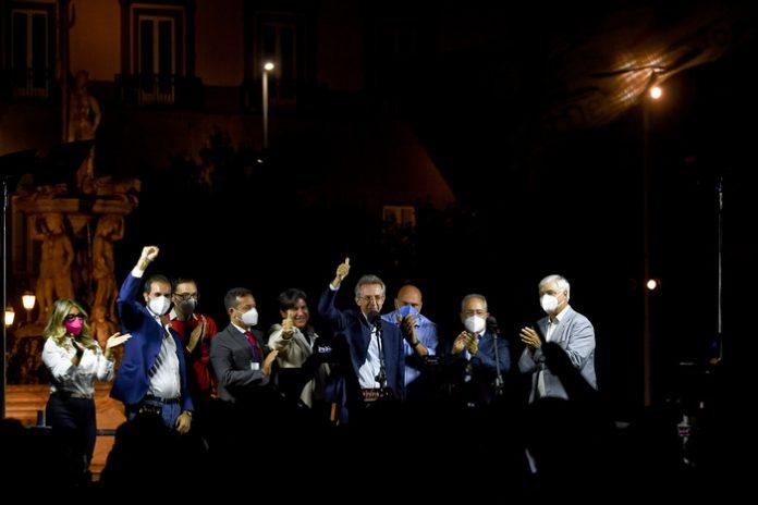 Comunali Napoli, Manfredi festeggia con i fuochi d'artificio
