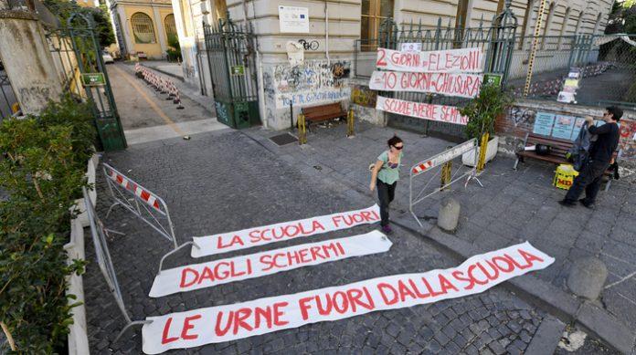 Scuola chiusa 11 giorni causa elezioni, protesta a Napoli